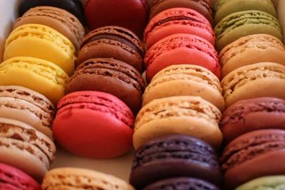 Macarons \u2013 I macarons nacquero in Italia, arrivarono alla corte parigina  grazie a Caterina dei Medici e diventarono adulti in Francia.